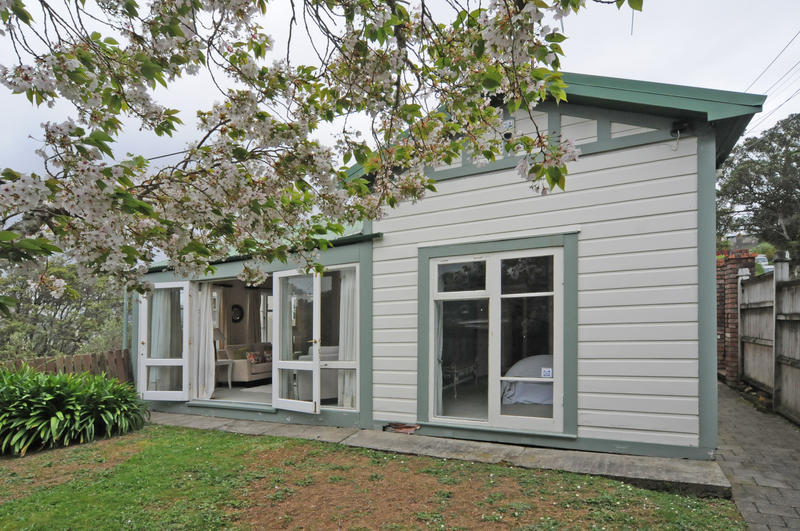 wadestown single women Single garage at road level with short easy walk up to house in zone for wellington girls college, wellington college and wadestown primary school.